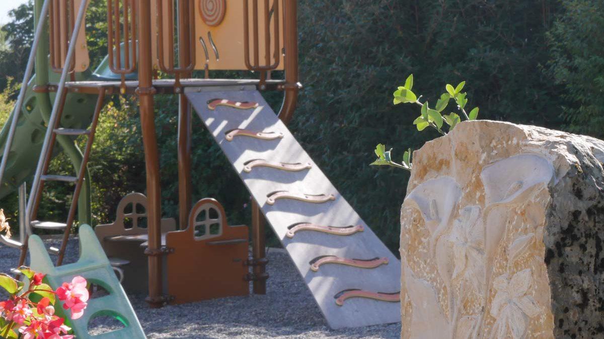 Sculpture vers les jeux d'enfant
